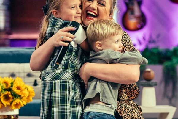 See Kelly Clarkson's 5-Year-Old Son Sweetly Interrupt Chris Martin's Performance for a Bathroom Break